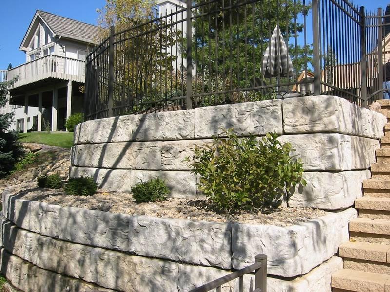 Natursteinmauer aus Beton